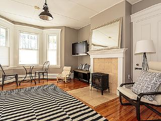 Central JP 2 bdrm in Victorian near T, Boston