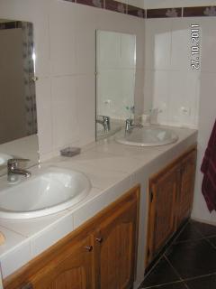 salle de bain ;douche; et wv attenant à la chambre;chaque chambre en a une