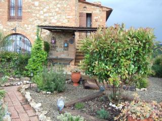 Traditional Tuscan-style country house with beautiful pool area, lush gardens and great views, sleeps 4, San Gimignano