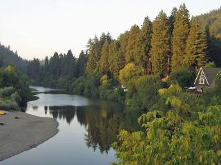 'Moon River' River Views! Game room! Hot Tub,Deck,Walk to River!Wineries!