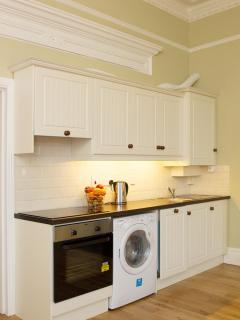 Fully equipped kitchen with oven and hob, microwave, toaster, dishwasher and washer/dryer
