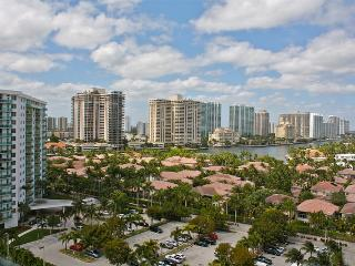 O. Reserve 2BR + DEN 2BA, Just steps away from the Ocean!, Sunny Isles Beach