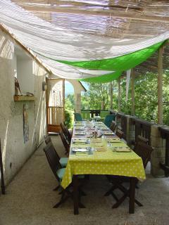 En été, nous mangeons sur la terrasse!