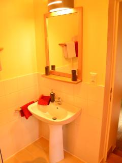 et chaque chambre a sa salle d'eau avec lavabo-toilette-douche