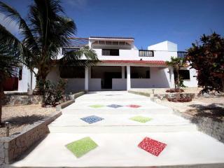 La villa est située sur une petite colline : superbe vue et légère brise. Sympa !