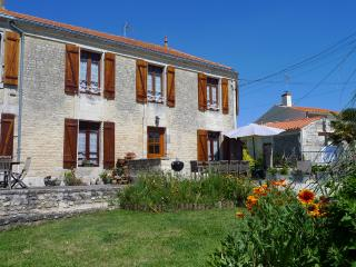 Le Vieux Café 3 Bedroomed Holiday Home in Lairoux
