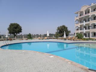 Fantastic value.in beautifull gardens with pool., Louxor