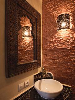 Salle d'eau attenante à la chambre brique.