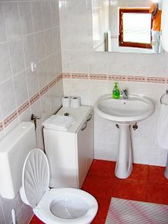 master bathroom (soap, shampoo, towels, hairdryer...provided) also washing service possible