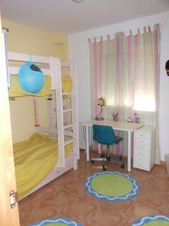 Habitación con 3 camas (litera y cama nido)