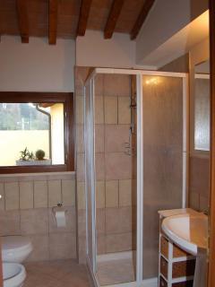 Toilette con finestra e box doccia