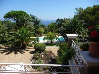 Appartements F3 F2 avec piscine chauffee a 150 m de la plage.