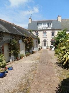 'La Chanteliere' : petite Maison d'hotes de face et sa Maisonnette a cote dans la cours fleurie.