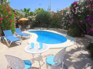 (512) Casa Coral 2 bed apartment private pool air-con WiFi central location
