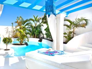 Villa SANTORINI with Heated pool 260 and Jacuzzi.
