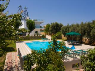 Private Home, Relaxing Pool, near Sandy Beach,  Sleeps 14