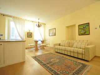 Elegant first floor flat in Florence, conveniently located for transport