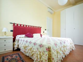 Florence-style big apartment, three bedrooms, two bathrooms, wifi