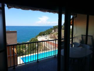 Vista de la piscina y el mar desde el salon
