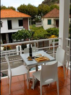 Casa Ché: Balcony with welcome snacks