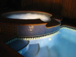 Pool and jacuzzi by night!