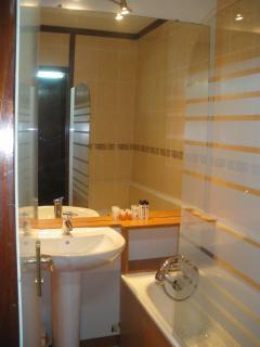 Salle de bain,douche ,WC, chauffage d'appoint.