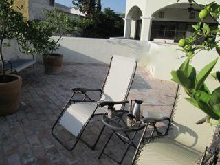 Terrasse ouverte.  Merveilleux tôt le matin pour un café ou au coucher du soleil avec une margarita !