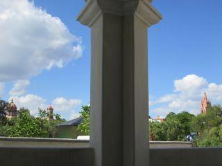 Vue depuis la terrasse couverte.  Paroisse vers la droite et Las Monjas vers la gauche.