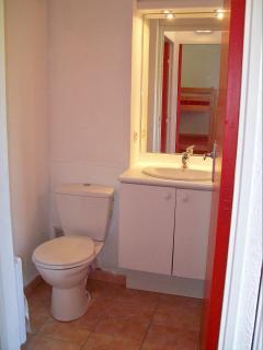 Salle d'eau au rez-de-chaussée (douche, lavabo, WC)