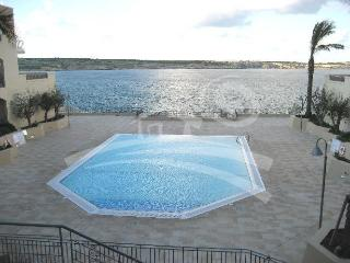 SEA FRONT 3 BEDROOM WITH POOL, Mellieha