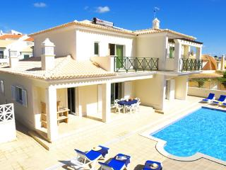 Outstanding Villa Free Wi-Fi & Air Con 15 minutes to the strip  Heatable  Pool, Albufeira