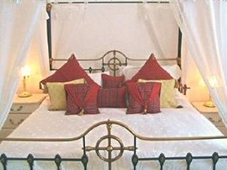 'Tam O'Shanter' bedroom with magnificent four-poster bed and themed furnishings