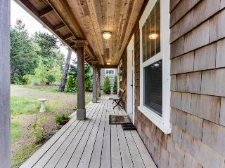 Spacious dog-friendly cottage w/yard & bikes + walk to beach! Weddings welcome!