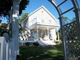 Sunset Beach....Shelter Island Farmhouse: Steps to