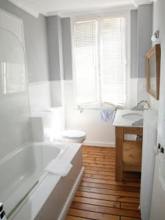 Large bathroom on 1st floor.