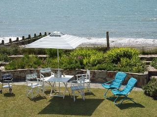 LOVELY GARDEN BACKS ONTO THE BEACH!