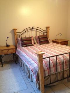 Queen bed, guest room