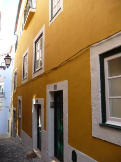 The apartment is inside a typical portuguese old building situated in a narrow street
