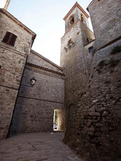 Un Borgo Medievaleinserito nel contesto storico del territorio affacciato sulla splendida Valle Umbr