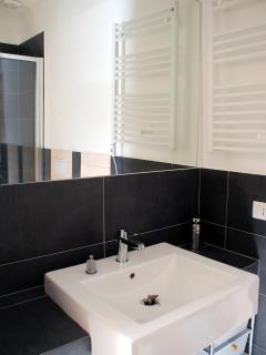Il bagno: lavabo e specchio del bagno.