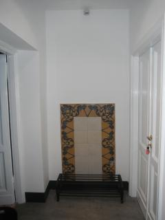 Il mosaico a parete nel corridoio.