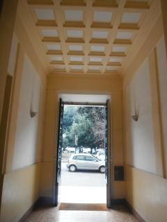 L'androne di ingresso all'edificio verso la strada.