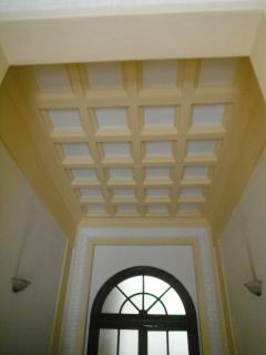 Il soffitto a cassettoni dell'androne d'ingresso all'edificio.