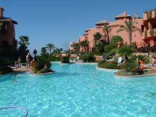 Menara Beach. Puerto  Banus with PRIVATE HEATED JACUZZI AND FREE WIFI