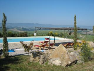Holiday apartment in restored Tuscan farmhouse, sleeps 4, features private garden and shared pool, San Gimignano