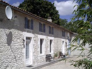 L'Atelier, Comfortable restored farmhouse with shared heated pool