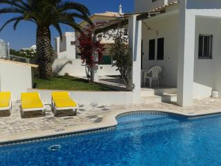 Perfect location in Albufeira! Villa for 8 with free wifi and private pool, bbq
