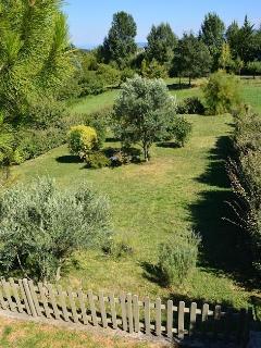 Jardin privatif aux hôtes de la Cabane de pépé Emilien