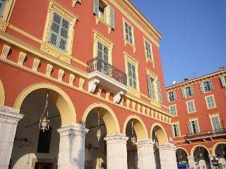 Vieux Nice appartement élégant dans un emplacement pratique à proximité de la plage avec balcon charmant