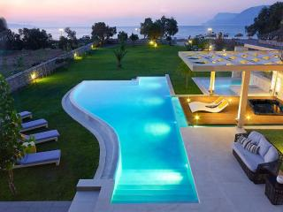 Villa Elvina, only 50 Meters From The Sea, Luxury, Drapanias